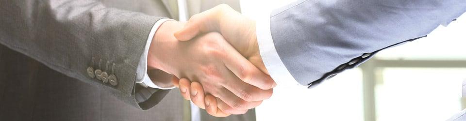 Sich schüttelnde Hände (Foto: shutterstock / ASDF_MEDIA)