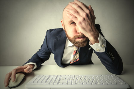 Ein Mann verzweifelt aufgrund der NO Gos in der Pressearbeit (Foto: Shutterstock/Ollyy)