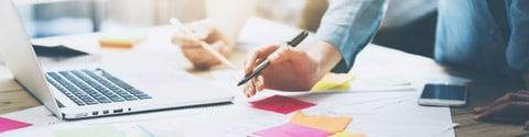 Die Planung der Pressemitteilung ist harte Arbeit (Foto: Shutterstock/SFIO-CRACHO)
