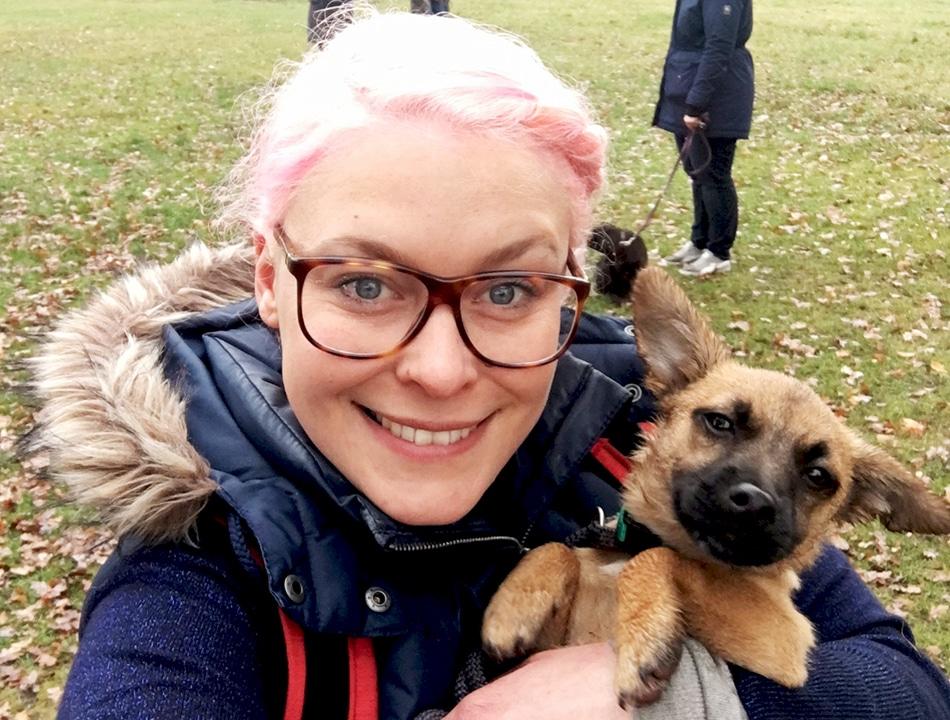 Cathy Weder mit ihrem Hund Plumbus.