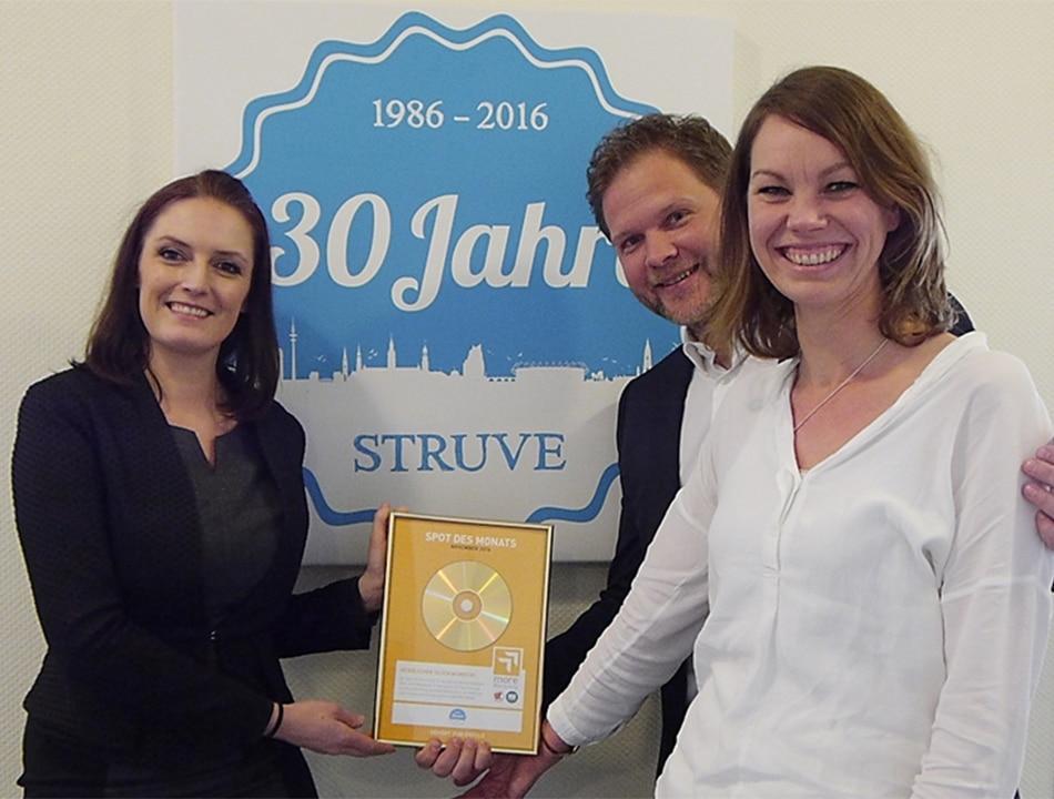 Mediaberaterin Ricarda Bichels überreicht Robin Struve und Melanie Zabel die Urkunde. Foto: more Marketing