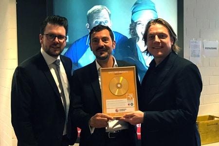 Mediaberater Björn Wolf übergibt Bassam Darwisch (Bereichsleiter Vertrieb/Marketing) und Attila Nakaluk (Marketingreferent HAMBURG ENERGIE GmbH) die Siegerurkunde