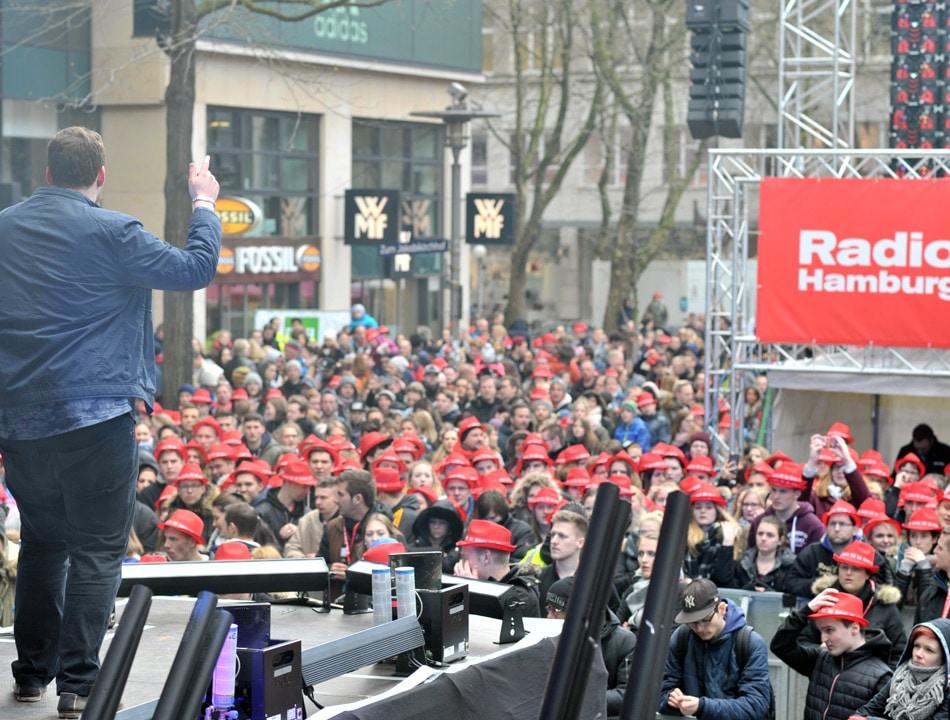 """""""Cover dich hoch""""-Gewinner Sinan spielte live beim TOP 828-Finale!"""