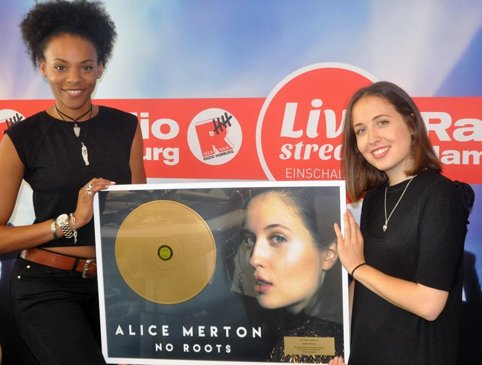Alice Merton überbringt ihre goldene Schallplatte Radio Hamburg. Foto: Radio Hamburg