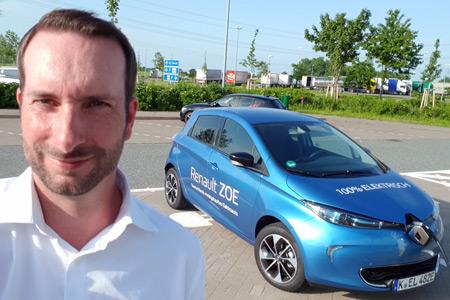 Marko Lefert und der Renault Zoe Foto: more Marketing / Marko Lefert