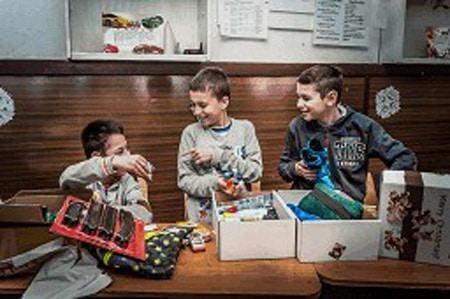 Möbel Höffner unterstützt wie jedes Jahr die Kinderzukunft bundesweit bei der Sammlung von Geschenken für Kinder in Not Foto: Möbel Höffner